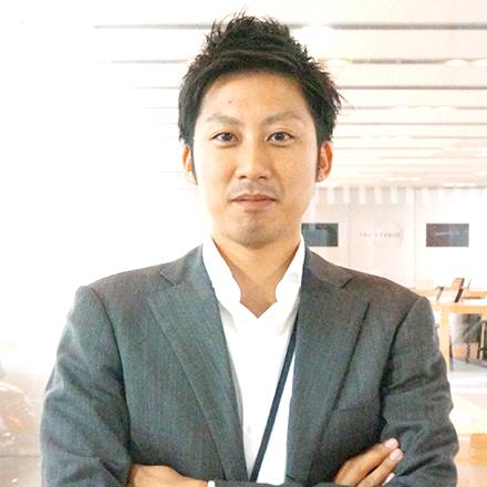 福岡大学経済学部卒業、ディレクター新卒入社一期生。入社1年目で設立間もないグループ会社へ出向し、新規事業立ち上げメンバーとして活躍。